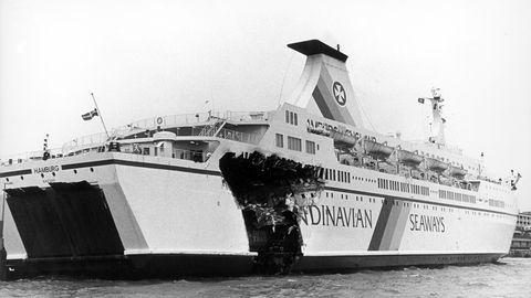 """Mit schweren Beschädigungen, aber aus eigener Kraft, erreichtdie """"Hamburg"""" am Morgen des 9. November 1989 Bremerhaven"""
