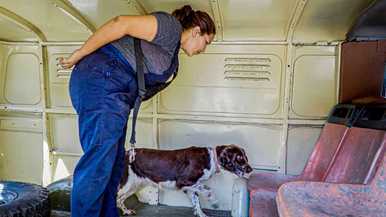 Die kubanische Kriminalbeamtin Wendy Reyes Peralta mit ihrem Spürhund im Einsatz