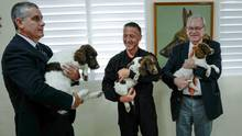 Patrice Paoli (r.) und Sicherheitsattache Michel Segura (.) mit Spürhunde-Fachmann David Berceau (M.)