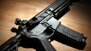 Ein halbautomatisches Gewehr liegt auf einem Holztisch