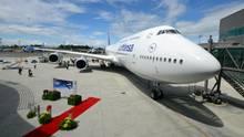 """Roter Teppich für die auch """"Königin der Lüfte"""" genannte Boeing 747. Die vierte Generation des Jumbojets nennt sich 747-8. Einziger Kunde der jüngsten Passagierversion ist im Moment Lufthansa."""
