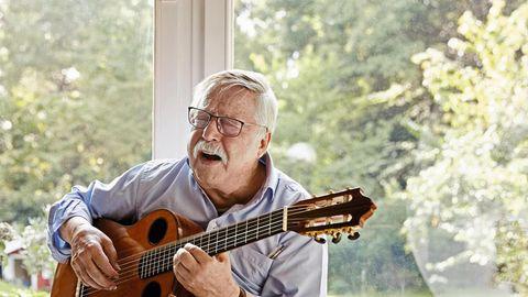 Wolf Biermann mit Gitarre in der Hand