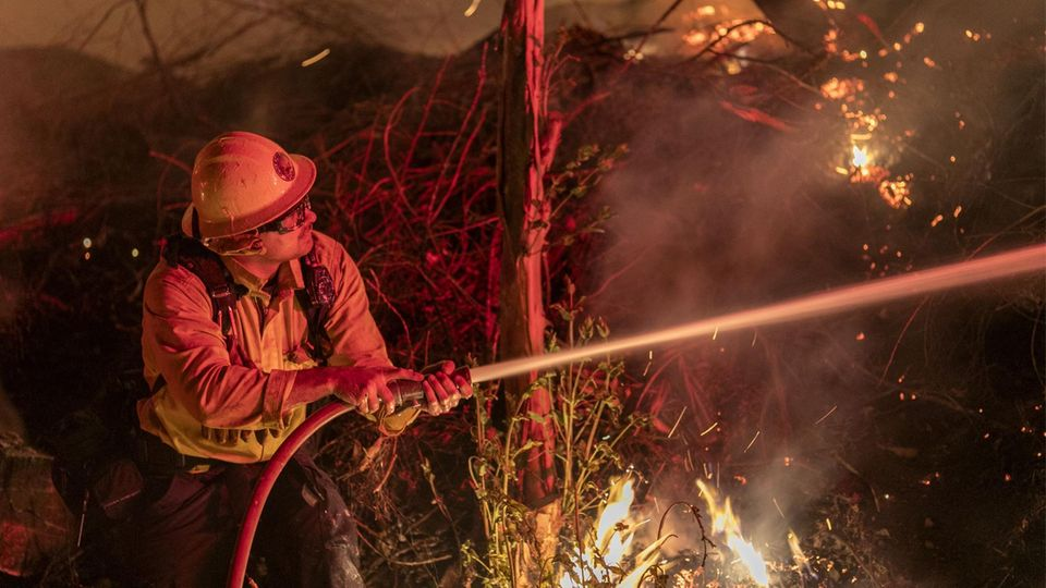 Feuerwehrmann bekämpft das Maria Fire in Kalifornien