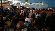 Migranten kommen von der Insel Lesbos am Hafen von Piräus bei Athen an