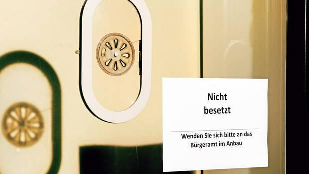 """""""Nicht besetzt""""-Schild am Empfang des Rathauses in Hamm"""