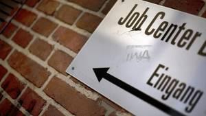Das Schild eines Jobcenters in Berlin