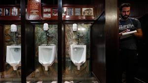 Las Vegas, USA: Auf die Berliner Mauer pinkeln? In der Welthauptstadt des Glücksspiels ist das möglich - wenn auch indirekt. Hier stehen sie im Pissoir des Main Street Station Casino, in dem Urinale an einem Stück der Berliner Mauer montiert sind.