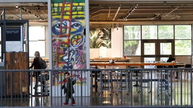 Seattle, USA: Ein Abschnitt der Berliner Mauer, der in einem Essbereich im Seattle Center in Seattle ausgestellt ist. Einzelne Teile oder auch ganze Gruppen von Segmenten der Mauer haben nach deren Fall und Abbau ihren Weg in die ganze Welt gefunden, um dort an die rund 160 Kilometer lange Grenze um Westberlin zu erinnern.