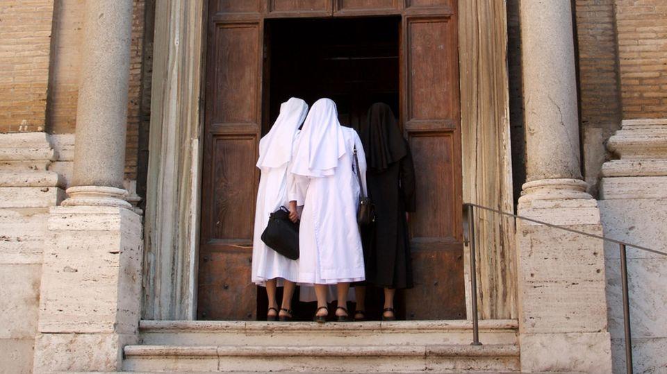 Zwei Nonnen gehen in eine italienische Kirche