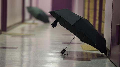 Was tun, wenn der Schirm nass ist? Ihn einfach aufgespannt in den Flur zu stellen, ist keine gute Idee.