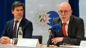 Kölns Oberstaatsanwalt Ulrich Bremer und Polizeipräsident Uwe Jacob informieren über Kindesmissbrauchsfall von Bergisch Gladbach