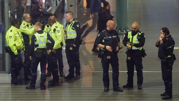 Niederländische Polizisten am Flughafen Amsterdam-Schipohl