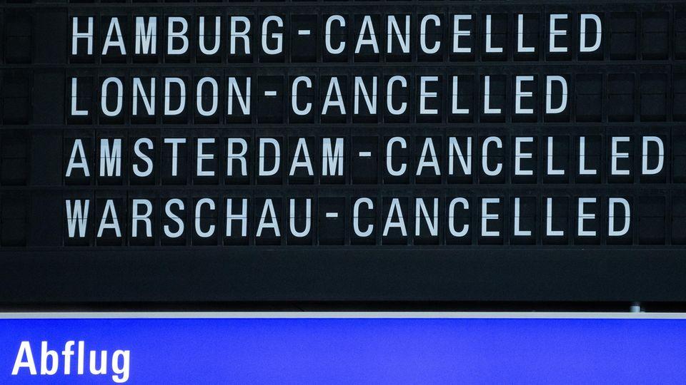 Eine Anzeigetafel im Terminal 1 des Flughafens Frankfurt weist auf ausfallende Flüge hin