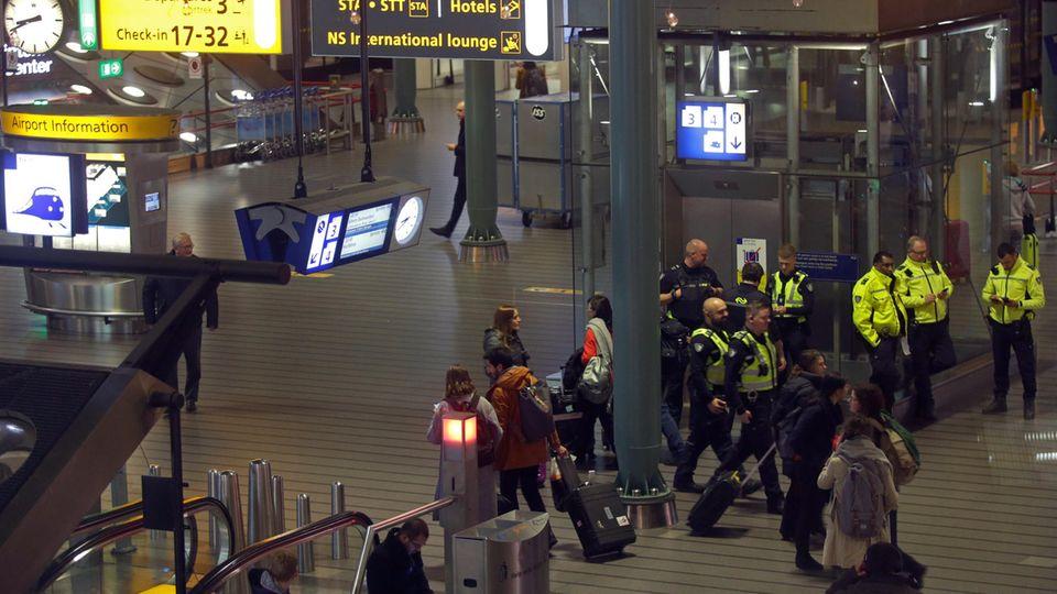 Polizei amFlughafen Schiphol in Amsterdam