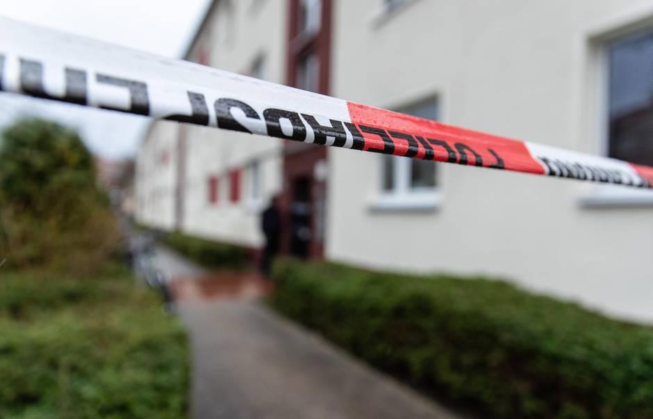 Polizeiabsperrung vor einem Mehrfamilienhaus
