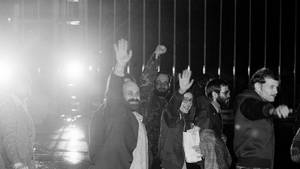 VOE STERN 45/2019 A group of American hostages wave to newsmen as they arrive at Algiers airport from Tehran, Jan. 21, 1981. From left: Barry Rosen, Donald Cooke, Kathryn Koob, and two unidentified. (AP Photo/David Caulkin)