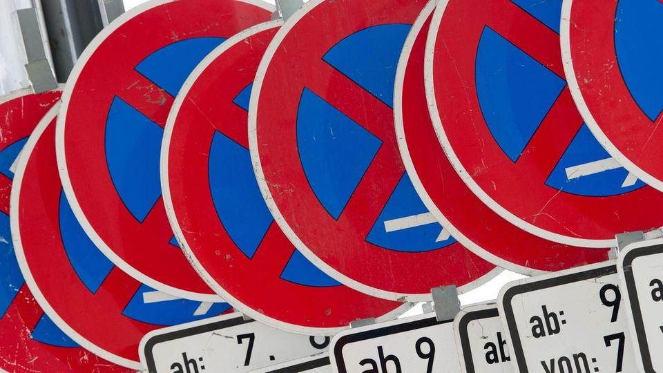 Zahlreiche Schilder, die ein absolutes Halteverbot anzeigen, stehen in einer Reihe