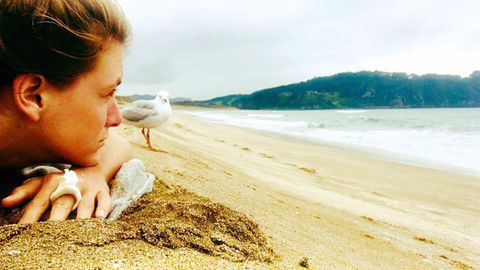 """""""Der Wind peitscht mir das Gesicht, die Sonne wärmt mir die Nasenspitze. Die Aussicht ist zum Weinen schön"""", schreibt Marine unter dieses Foto, das sie an einem Strand in Neuseeland zeigt. Im Kampf gegen die Krankheit will die junge Frau ihren Körper stärken. Sie geht wandern und surfen. Den Muschelring hat ihr ein Freund geschenkt."""