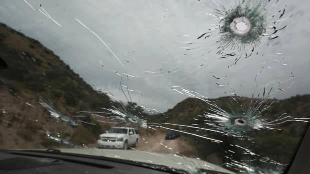 Das Foto zeigt die durch Schüsse durchbohrte Frontscheibe eines Autos, in dem Mitglieder derMormonenfamilie fuhren
