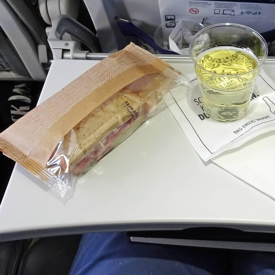 Sparmaßnahme bei Lufthansa: Kalter Snack statt warmer Mahlzeit