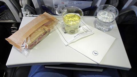 Snack auf Klapptisch an Bord der Lufthansa