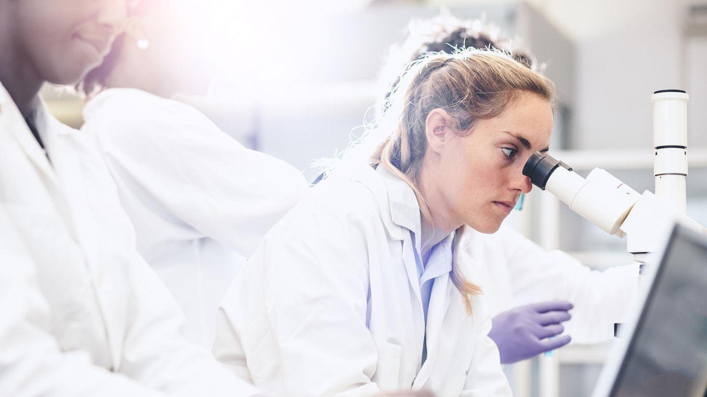 Eine Frau an einem Mikroskop