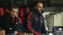 Angestrengter Blick: Hasan Salihamidzic und Hansi Flick auf der Bank während des Spiels gegen Piräus