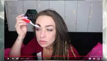 Frau macht Makeup
