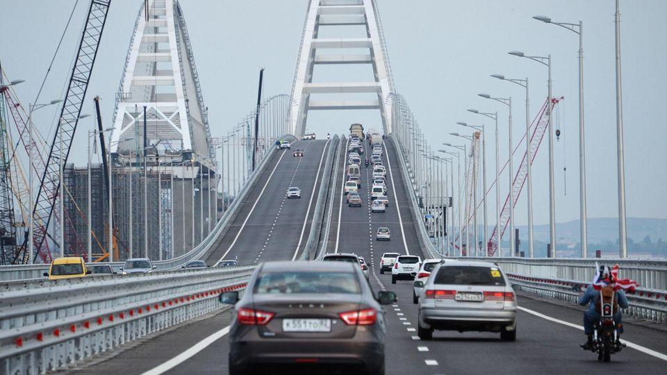 Die Krim-Brücke: Linkst, die Bahnbrücke, die noch nicht fertig ist, recht die Autobahn-Brücke