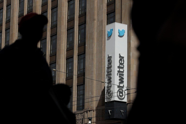 Fußgänger gehen am Twitter-Bürogebäude in San Francisco vorbei