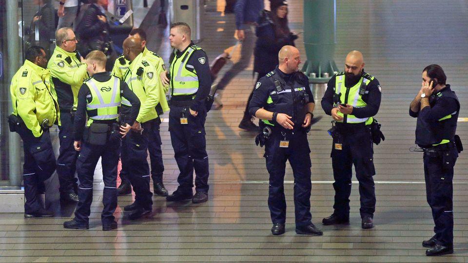 Alarm für die niederländische Polizei am Flughafen Schiphol: Irrtümlich hatte ein Pilot am Mittwochabend die Warnung vor einer Entführung ausgelöst