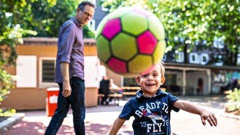 Andreas Albes mit Sohn auf dem Spielplatz