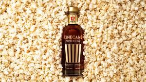 Rumflasche umgeben von Popcorn