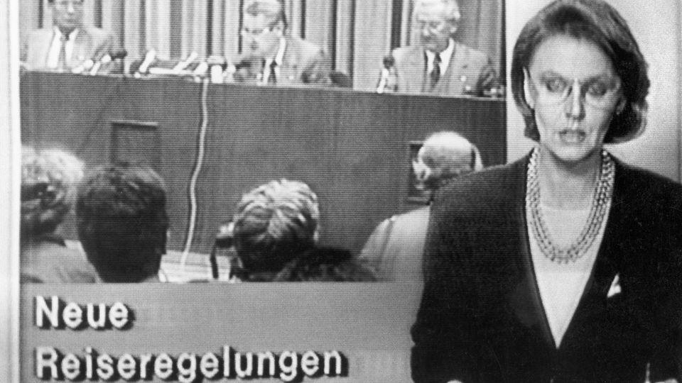 """Der Moment, der alles veränderte: Günter Schabowski gibt auf einer Pressekonferenz neue Reiseregelungen zur Ausreise aus der DDR bekannt. Als die DDR-Nachrichtensendung """"Aktuelle Kamera"""" darüber berichtet, machen sich die ersten Menschen zur Mauer auf"""