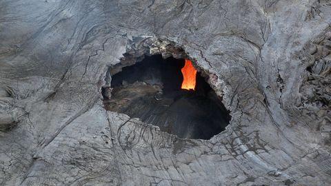 Ein Lavatunnel auf Hawaii, unten ist das Magma zu sehen