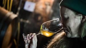 Als Hanneke Schönhalsdas Weingut ihres Vaters in Biebelnheim (Kreis Alzey-Worms) übernahm, legte sie 2016 ihren ersten Orange-Wein in ein Barrique-Fass.
