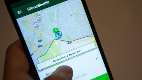 Clever Shuttle: Ein Mann bedient an seinem Smartphone die App des Fahrdienst-Anbieters