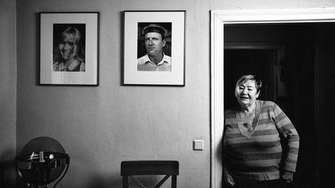 Martina in ihrem Haus in dem Örtchen Eichhorst. An der Wand hängen Jugendporträts von ihr und ihrer großen Liebe Jens.