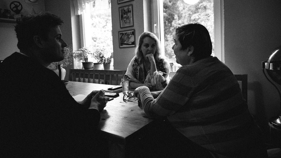 Martina im Gespräch mit den Journalisten Katharina Weiß und Jonas Meyer. Einst wollte sie selbst Journalistin werden.