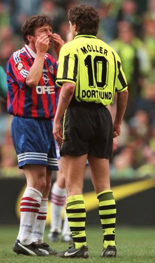 """""""Heulsuse"""" Möller  Lothar Matthäus verhöhnt BVB-Mittelfeldakteur Andreas Möller im April 1997. Mit seiner Geste erinnert der Bayern-Kapitän an Möllers Spitzname, """"Heulsuse"""", der ihm bis heute anhaftet. Möller ließ sich davon freilich nicht provozieren. Er machte ein gutes Spiel, die Partie endete 1:1."""