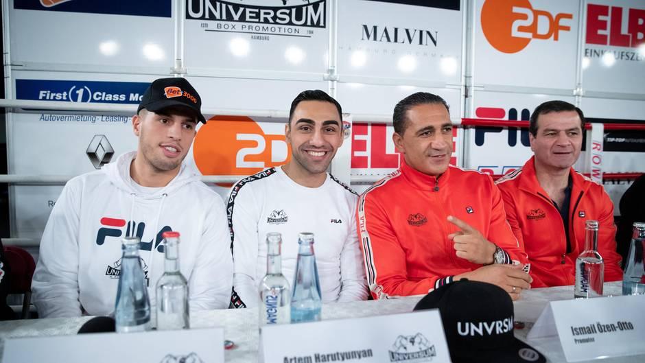 Universum-Boxer Toni Kraft (v.l.n.r.) und Artem Harutyunyan, Promoter Ismail Özen-Ottound Trainer Artur Grigoryan