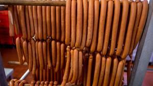 Rückrufe und Produktwarnungen: Wiener hängen in einer Wurstfabrik