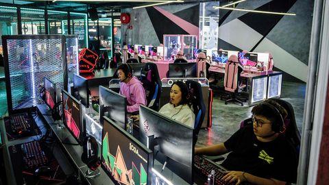 Junge Menschen spielen vor PCs