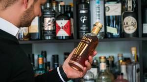 Tastillery-Gründer Andreas Wegelin begutachtet eine der ersten Cinecane-Flaschen. Der eigene Rum mit Popcorn-Aroma ist eines der großen Hoffnungsprojekte des jungen Unternehmens, noch weiter zu wachsen und neue Zielgruppen zu erschließen.