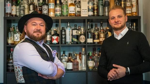Waldemar (links) und Andreas Wegelin haben Tastillery mit eigenen finanziellen Mitteln gegründet, bis heute gibt es keinen weiteren Investor. Im Hintergrund sieht man die Produkte, welche im Online-Shop geführt werden. Und gelegentlich wird das eine oder andere verkostet. Aus beruflichen Gründen, versteht sich.