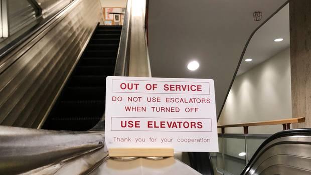 Ein Schild besagt: Die Rolltreppen im UN-Hauptquartier sind außer Betrieb