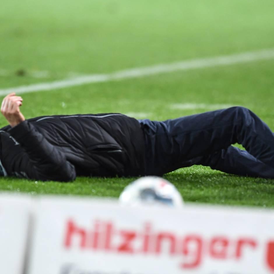 Fußball-Bundesliga: Brutale Aktion: Frankfurter Spieler rennt Freiburg-Trainer zu Boden