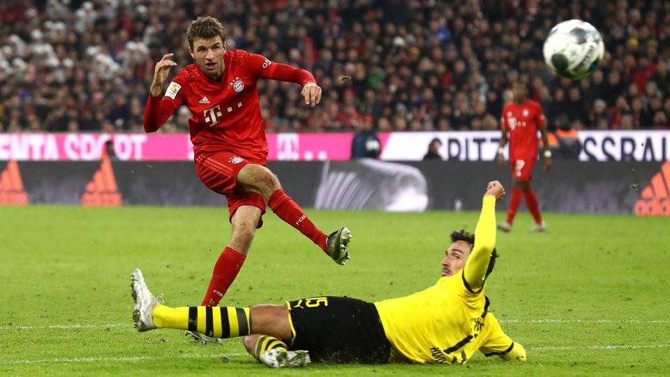 Bayerns Thomas Müller obenauf, Mats Hummels am Boden