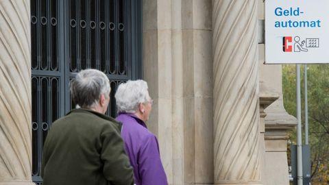 Grundrente: Renter am Geldautomat