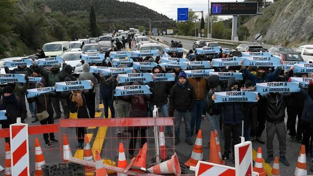 """Ganz Spanien eine einzige Blockade: Der """"Demokratische Tsunami für zivilen Ungehorsam"""", eine Gruppe katalanischer Separatisten, versperrt eine Autobahn an der Grenze zu Frankreich."""